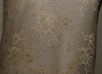fab5278d38c0 Udd längs båda kanter. Mycket tunn och skir spets med mönster av strödda  buketter över ytan. Den är naturfärgad och mot ljusare undertyg blir ...
